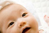 笑う赤ちゃんの顔のアップ