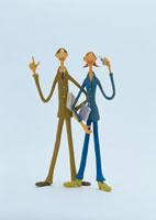 携帯電話を持つビジネスマン&ウーマン クラフト 02157010090| 写真素材・ストックフォト・画像・イラスト素材|アマナイメージズ