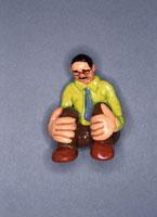 フィギア   膝を抱えて座る男性