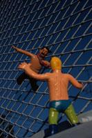 空飛ぶサラリーマンとプロレスラーの人形