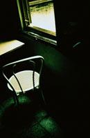 窓辺のいす イタリア 02184010043| 写真素材・ストックフォト・画像・イラスト素材|アマナイメージズ