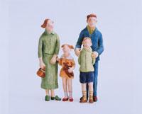 フォーマル服を着た家族 クラフト 02207000003  写真素材・ストックフォト・画像・イラスト素材 アマナイメージズ