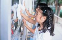 校舎の窓をふく2人の日本人の女の子