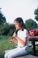 笛をふく小学生の女の子