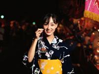 浴衣を着ている日本人女性