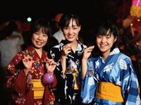 浴衣を着ている日本人女性3人