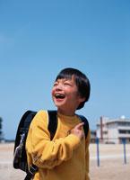 ランドセルを背負った日本人の男の子