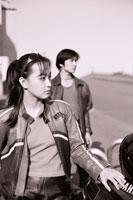 バイクの横に立つ日本人カップル