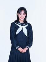 制服を着た日本人の女子学生