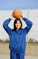 バスケットボールを持っているジャージ姿の女子学生