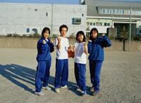 校庭のジャージ姿の4人の日本人学生