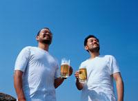 生ビールを飲む2人の日本人男性