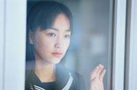 窓辺の日本人の女子高生
