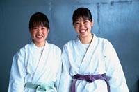 空手の胴衣を着た2人の日本人の女子高生