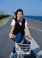 自転車に乗る日本人の女子高生