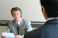 向き合う2人の日本人ビジネスマン