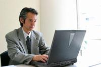 パソコンに向かう日本人ビジネスマン