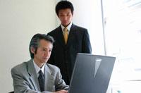 パソコンに向かう2人の日本人ビジネスマン