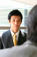 上司と向き合う日本人ビジネスマン