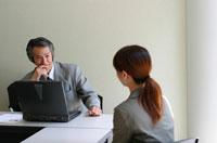 部下の女性と話合う日本人ビジネスマン