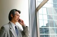 携帯電話で話す日本人ビジネスマン 02208000565| 写真素材・ストックフォト・画像・イラスト素材|アマナイメージズ
