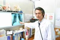 レントゲン写真を指差す日本人医師 02208000605| 写真素材・ストックフォト・画像・イラスト素材|アマナイメージズ