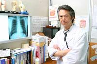 腕組みする日本人医師 02208000606| 写真素材・ストックフォト・画像・イラスト素材|アマナイメージズ