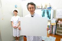 メッセージボードを持つ日本人医師と看護婦
