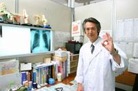 診察室でOKサインを出す日本人医師