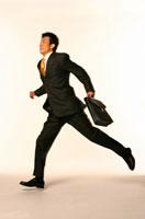 走る日本人ビジネスマン