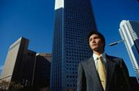 ビル街と日本人ビジネスマン