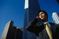 携帯電話で話す日本人ビジネスマン
