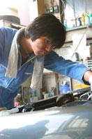 自動車整備工の日本人男性
