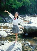 川で裸足で踊る日本人の女子学生 道志川 神奈川県