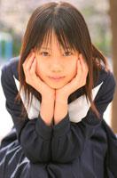 頬杖をつく日本人の女子学生