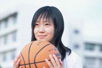 バスケットボールを抱える日本人の女子学生