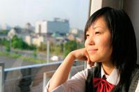 窓の外を見る日本人の女子学生
