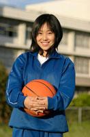 バスケットボールを抱えたジャージ姿の日本人の女子学生
