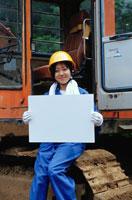 メッセージボードを持つ工事現場の日本人女性