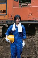 ヘルメットを持った工事現場の日本人女性