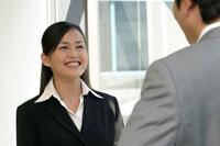 男性と笑顔で話す日本人ビジネスウーマン
