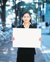 メッセージボードを持つ日本人ビジネスウーマン