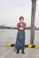 腕を組む女性 02208001149| 写真素材・ストックフォト・画像・イラスト素材|アマナイメージズ