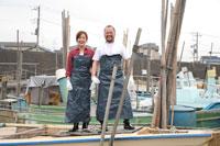 港で働く漁師と女性