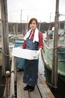 港で働く女性 02208001154| 写真素材・ストックフォト・画像・イラスト素材|アマナイメージズ