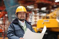 建設現場で働く作業着の男性