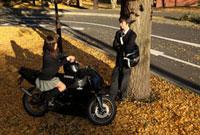 イチョウの木の下でバイクに跨る女子高生と男子高生 02208001288| 写真素材・ストックフォト・画像・イラスト素材|アマナイメージズ