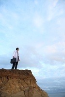 岸壁に立つ日本人青年医師