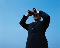 双眼鏡をのぞくビジネスマン