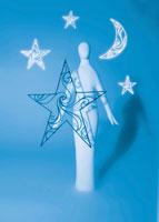 星と月に囲まれた人のオブジェ 02221000079| 写真素材・ストックフォト・画像・イラスト素材|アマナイメージズ